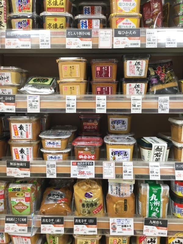 Scaffale di miso del supermercato in Giappone