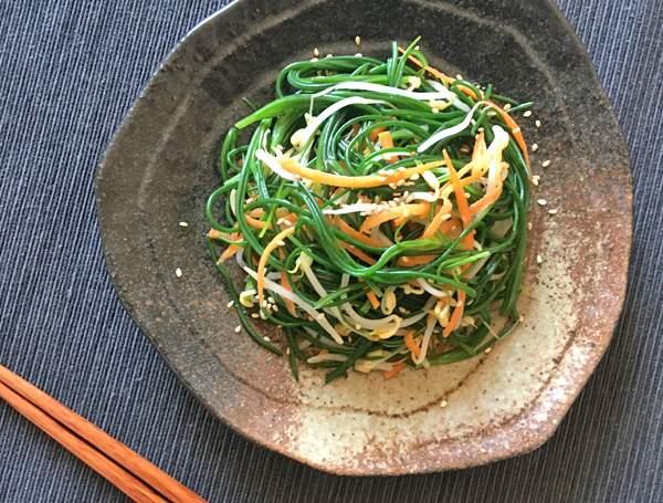 Insalata di agretti con germogli di soia e carota