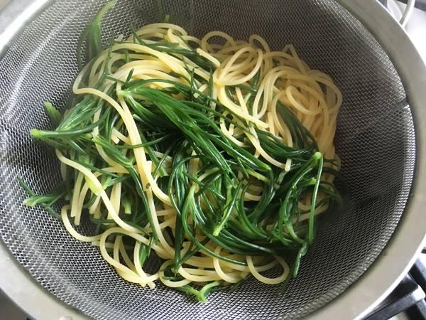 Spaghetti agli agretti con la salsa di umebohi