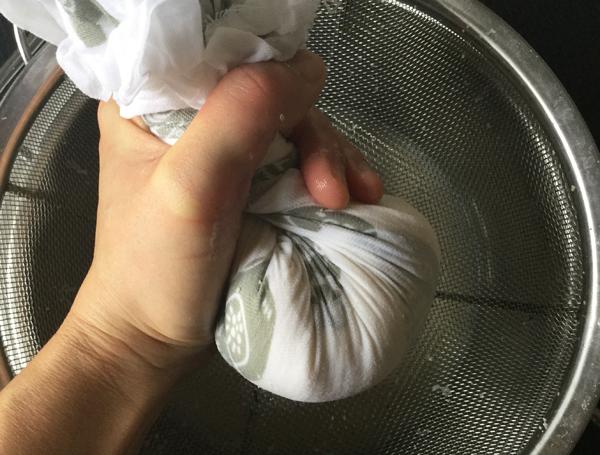 Tenendo il panno con le mani, chiuderlo bene