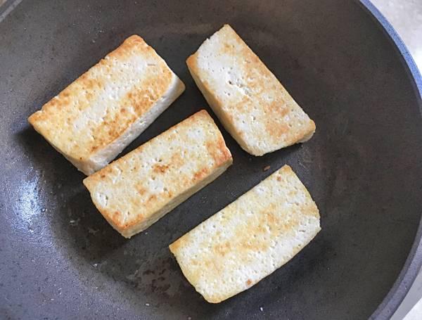 Tagliata di tofu con agretti alla salsa ponzu