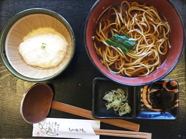 Spaghetti di soba serviti con tororo