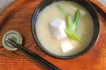 zuppa di miso con taro e tofu
