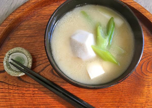 Zuppa di miso con porro e taro