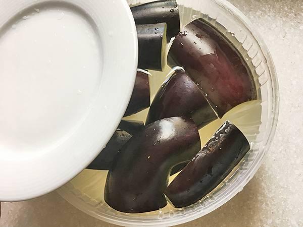 melanzane con salsa di sesamo e cipollotto