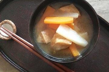 zuppa di soia con daikon e tofu fritti aburaage