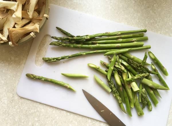 Penne con funghi eryngii e asparagi alla salsa di ostrica
