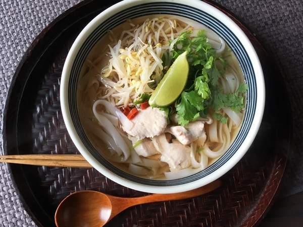 tagliatelle di riso in brodo alla vietnamita