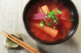 zuppa di miso con rapa rossa