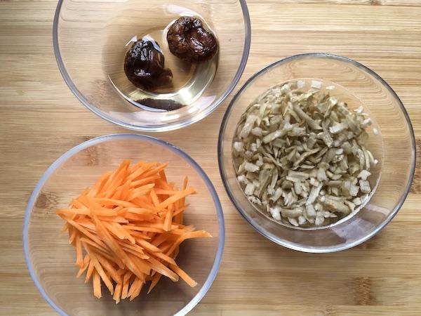 Funghi shiitake secchi (in ammollo), Radice di bardana secca (in ammollo), Carota