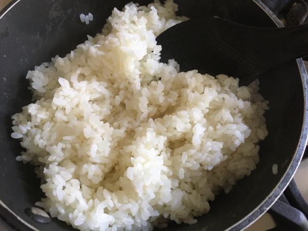 riso con gambi di cime di rapa con fiocchi di salmone