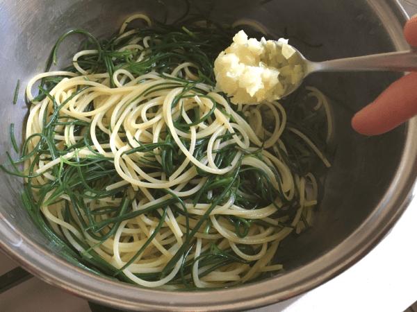 spaghetti con agretti e limone sotto sale