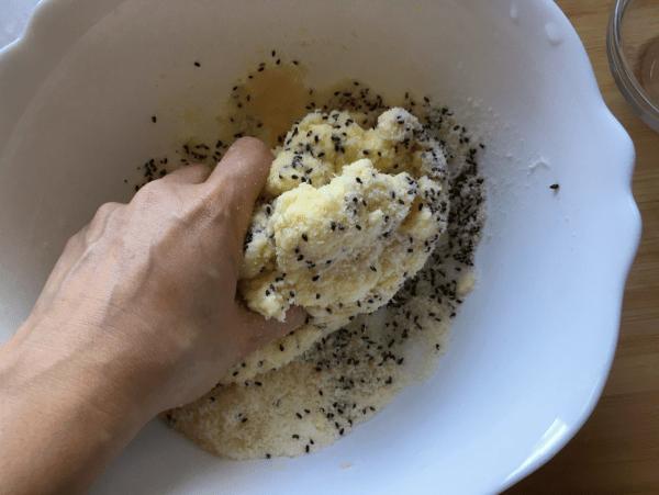 Pane al formaggio con semi di sesamo nero
