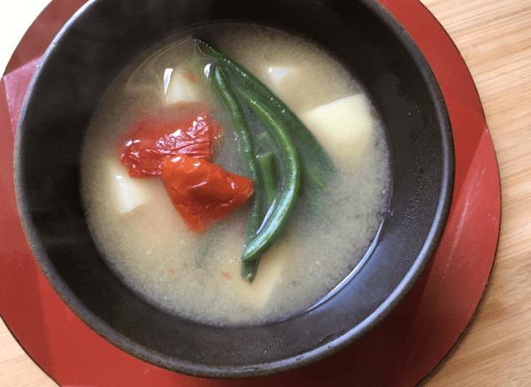 Zuppa di miso con pomodori secchi