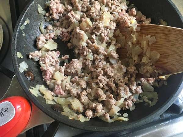 saltare la carne e la cipolla