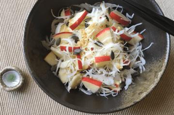 insalata di cavolo, mela con shiokoji