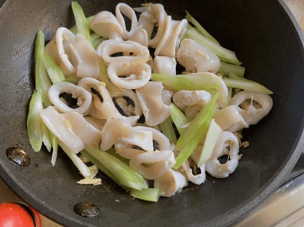 spaghetti con calamari sedano zenzero all'olio di sesamo
