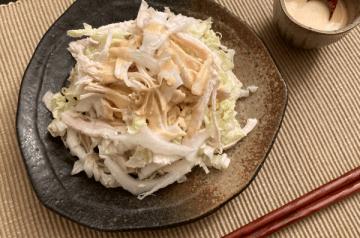 insalata di pollo e cavolo cinese alla salsa di miso mayo