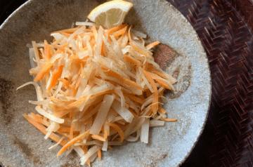 buccia di daikon, carota saltate con salsa di pesce