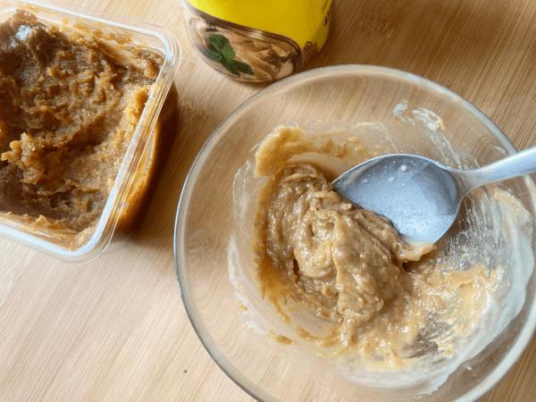 Insalata di orzo, cetriolo e noci con crema di miso e sesamo