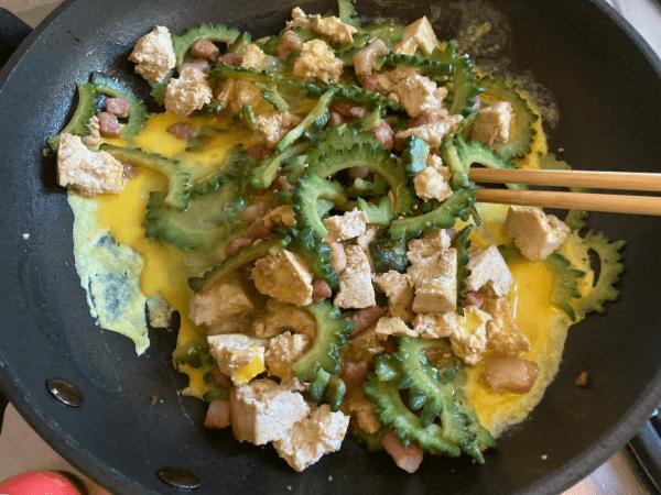 Melone amaro e tofu saltati con uovo