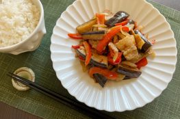 melanzana, peperone e pancetta saltati alla salsa di miso piccante
